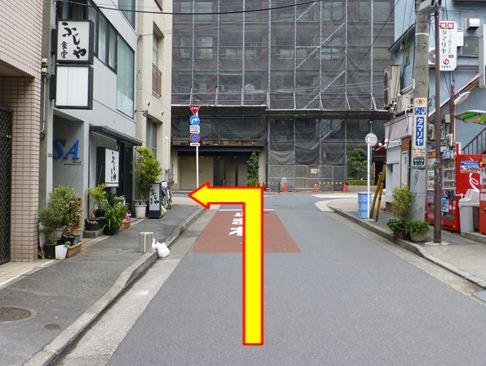 突き当りを右に曲がります